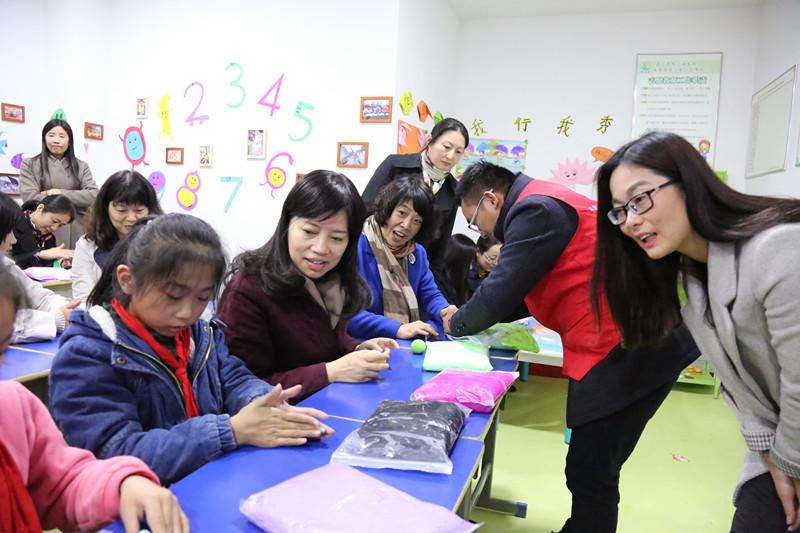 """学校社工师成立""""实物银行"""",助人及时雨"""