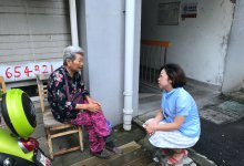 高龄老人被医药费难住全科社工主动帮助申请救助政策
